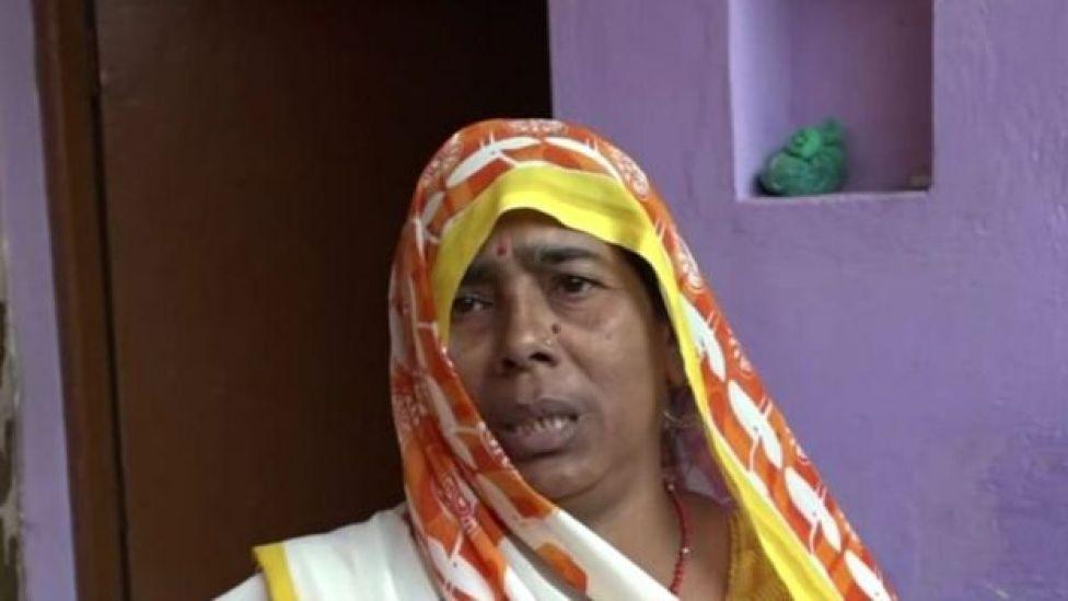 Pushpa Devi, avó do bebê, disse à BBC que as pessoas vivem com medo dos macacos