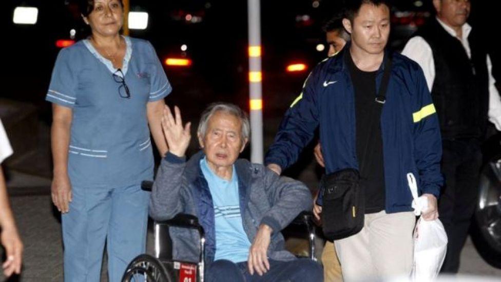 Alberto y Kenji Fujimori saliendo de una clínica de Lima después de recibir el indulto.