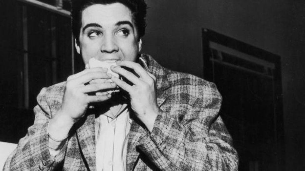 Elvis Presley comiendo sandwich