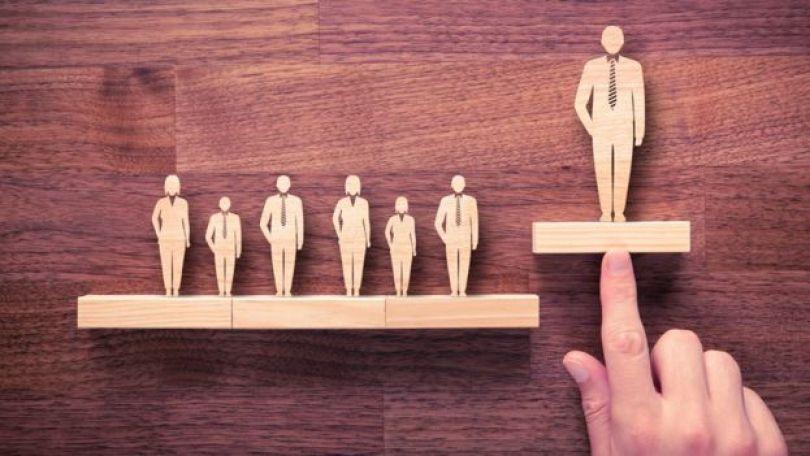 Figuras de pessoas em madeira