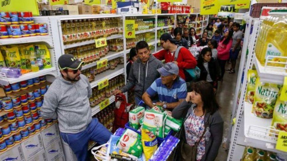 Cola en los supermercados