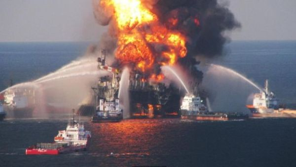 """كارثة الحفار """"ديبووتر هورايزن"""" في خليج المكسيك"""