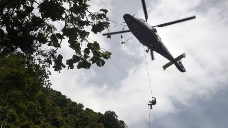 Homem desce de corda de helicóptero em resgate na Tailândia
