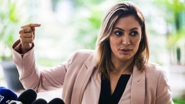 Michelle Bolsonaro fala a jornalistas