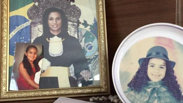 O retrato da formatura de Marielle na estante da sala na casa dos pais