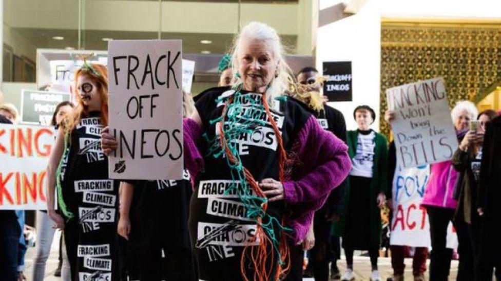 Vivienne Westwood durante un desfile de modas y activismo