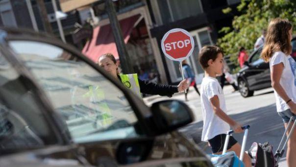 Niños cruzando la calle