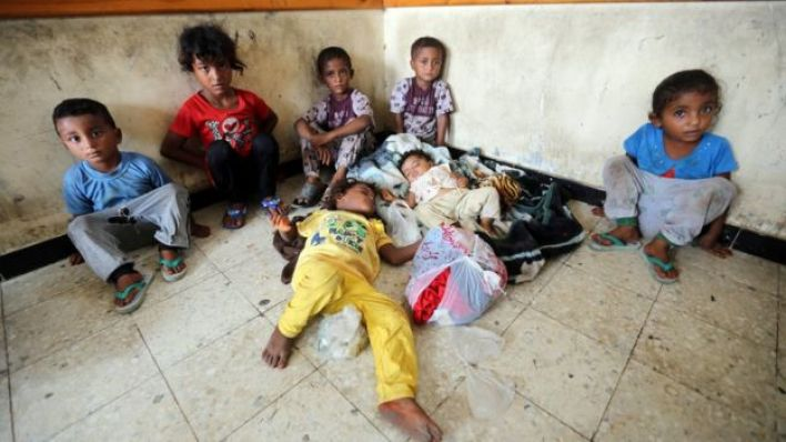 أطفال في الحديدة في اليمن يجلسون على الأرض