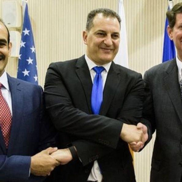Katar Petrolleri CEO'su Saad Şerida el Kaabi, Kıbrıs Enerji Bakanı George Lakkotrypis ve Exxon Mobil Başkan Yardımcısı Andrew Swiger, 5 Nisan 2017'de Lefkoşa'da anlaşmayı imzaladı.