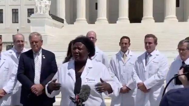 لقطة من فيديو يظهر أطباء يتجمعون أمام المحكمة الأمريكية العليا