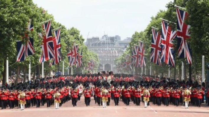 Buckingham Sarayı önündeki geçit töreni