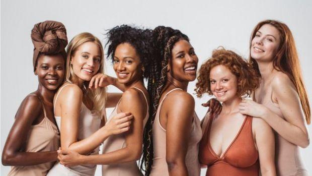 چھ خواتین ماڈلز، جلد کے مختلف رنگوں کے ساتھ