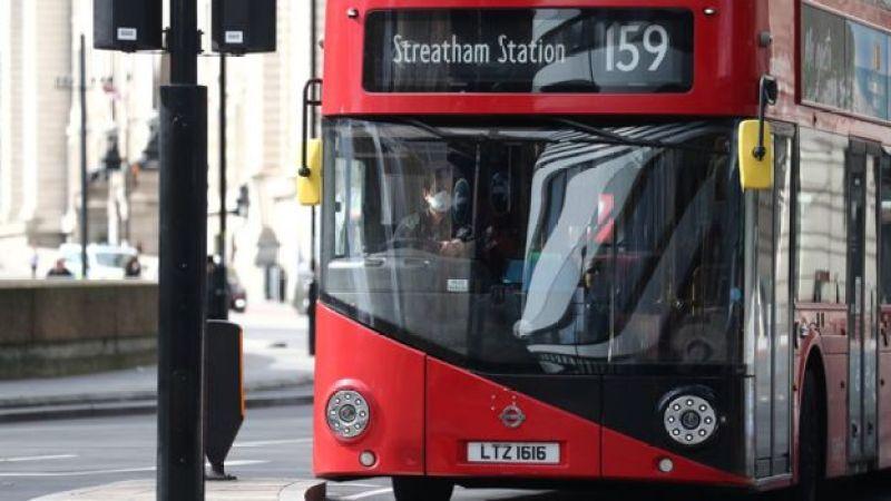 Clássico ônibus vermelho nas ruas de londres