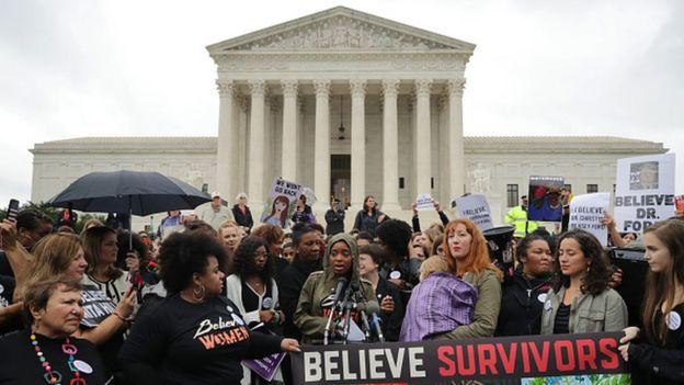 نساء يتظاهرن امام المحكمة العليا في الولايات المتحدة دعما لضحايا الاعتداءات الجنسية