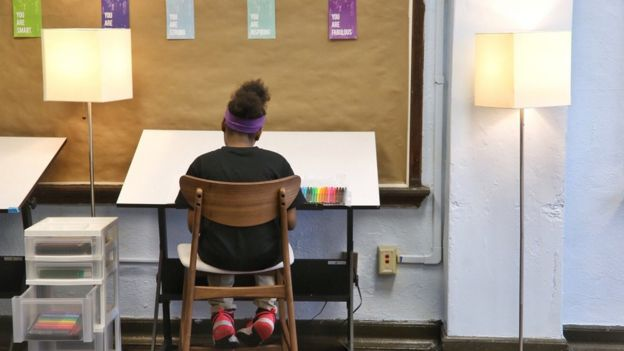 Mesa de arte da sala calmante da escola Tilden