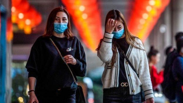 Pedestres com máscaras em Macau