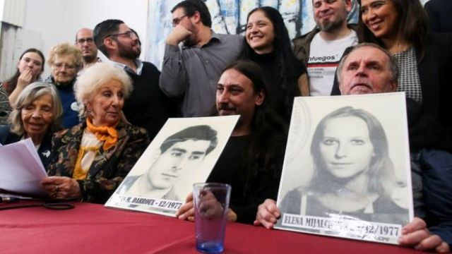 Javier Matías, Roberto e Estela de Carlotto mostram fotos do casal que desapareceu