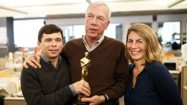 Os jornalistas do Boston Globe Michael Rezendes, Walter V. Robinson e Sascha Pfieffer, que investigaram casos de abuso sexual cometidos por clérigos, seguram a estatueta do Oscar