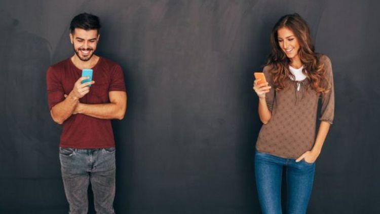 Casal de jovens no celular