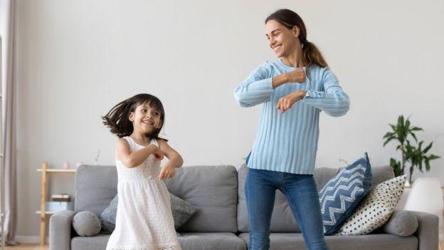 Madre e hija bailando