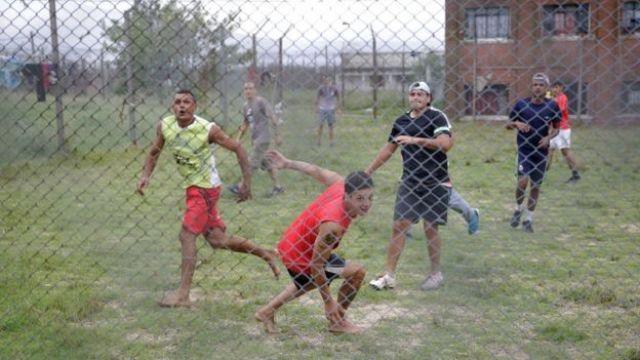 Presos jugando fútbol