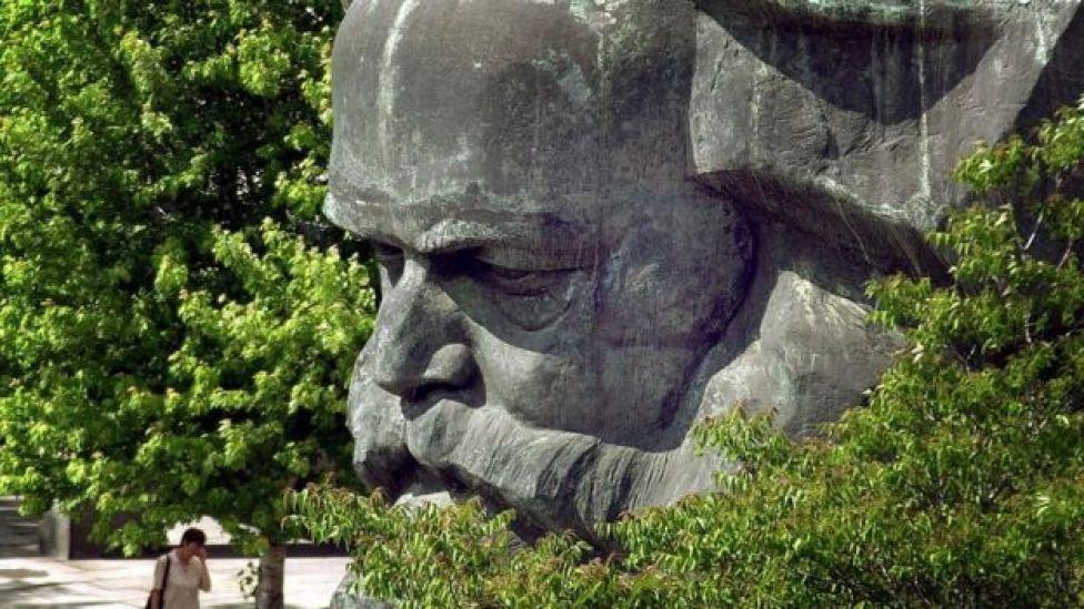 Enorme estatua de la cabeza de Marx.