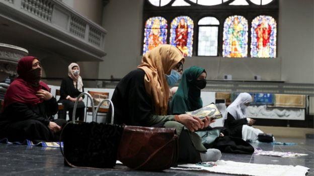 نساء مسلمات يصلين في كنيسة ألمانية