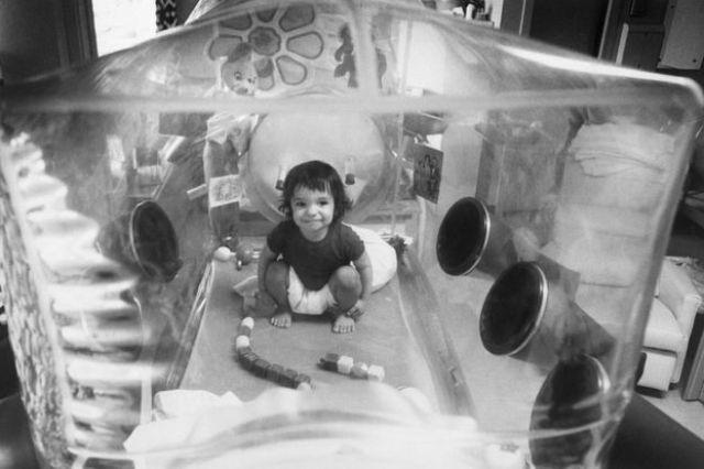 David Vetter dentro da câmara de isolamento de plástico