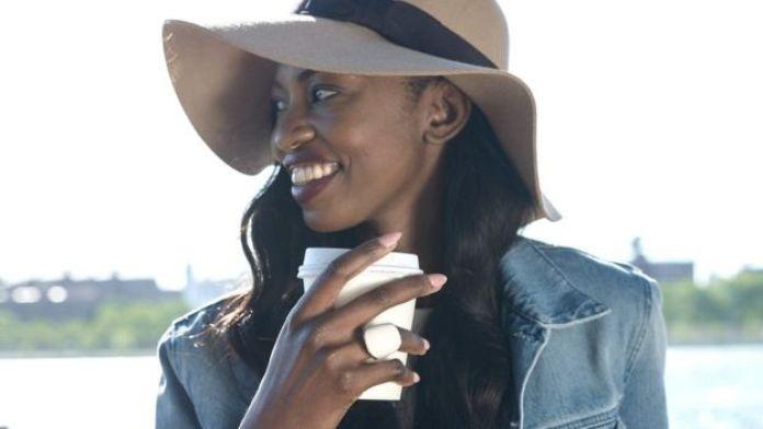 Una mujer con un anillo Nimb