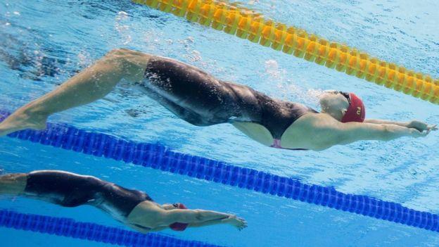 Fu Yuanhui nadando de espalda.
