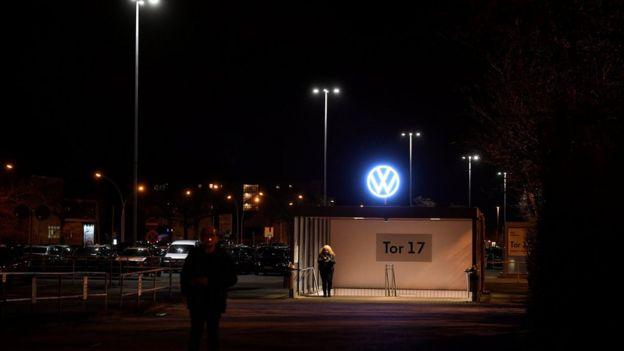 VW fabrikasını terkeden işçiler