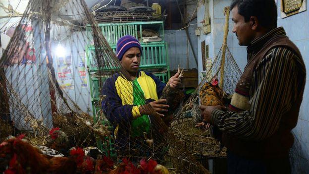 Mercado em Bangladesh durante surto de gripe aviária