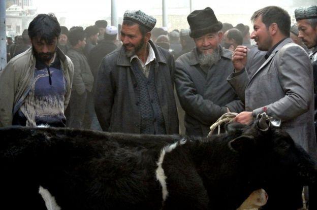 Warga Uighur di sebuah pasar hewan, dalam foto tahun 2013.