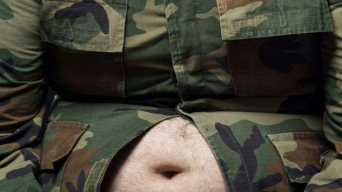 Soldat avec un gros ventre.