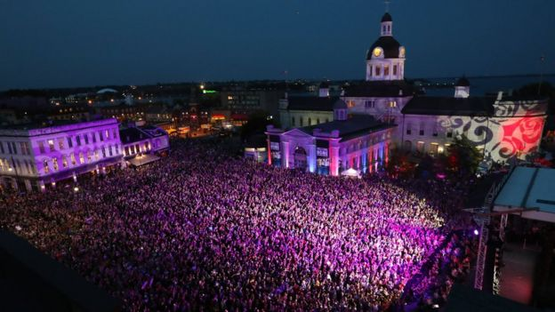 crowds pack out a square in Kingston, Ontario, on 20 August 2016