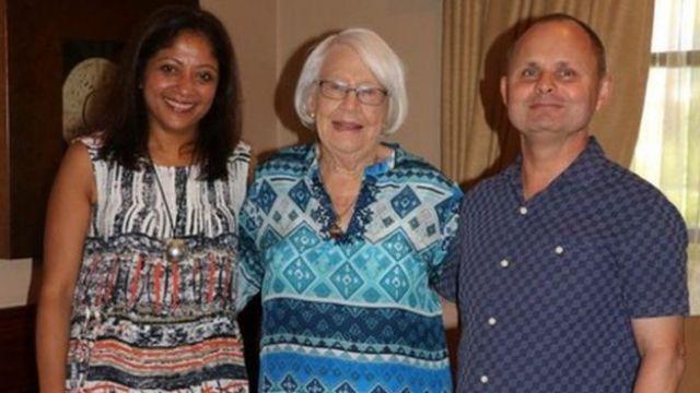 Andrew (à droite) avec sa femme, Anu, (à gauche) et sa mère, Helen, (au centre)