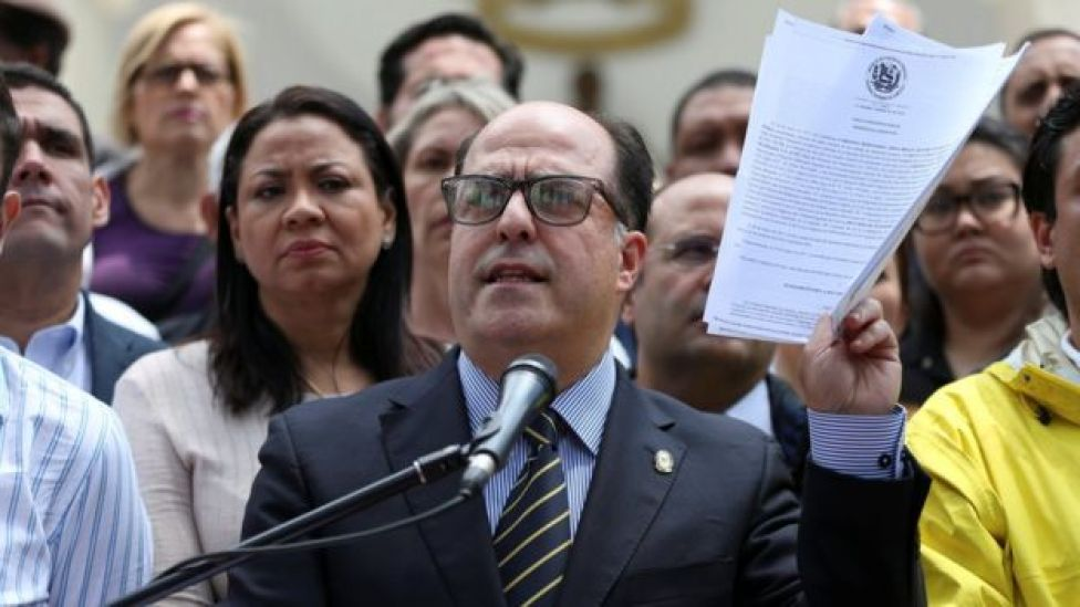 Julio Borges junto a otros miembros de la Asamblea Nacional de Venezuela.