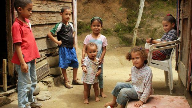 Niños afuera de sus casas.