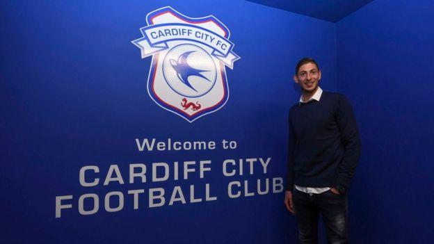 Emiliano Sala tras firmar su contrato con el Cardiff.