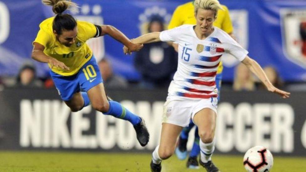 Megan Rapinoe junto a la brasileña Marta.