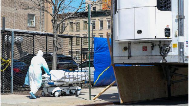 Un cuerpo de muerto por coronavirus en Nueva York es llevado a una morgue móvil.