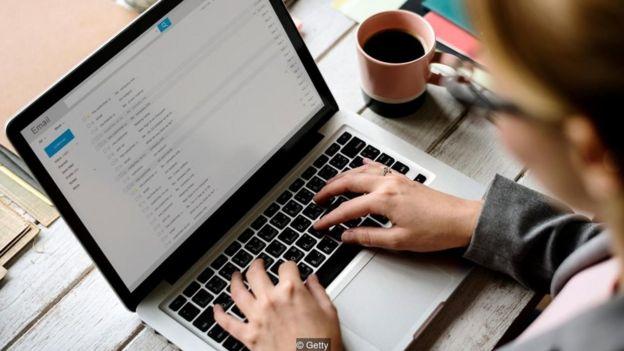 Mulher lendo e-mail no laptop