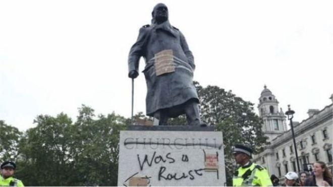 """Winston Churchill heykeli üzerinde """"O bir ırkçıydı"""" ifadesi yazıldı"""