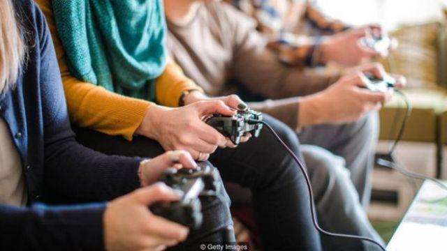 Pessoas jogando videogame