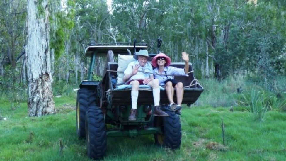 David Goodall sentado en un tractor con un familiar en Australia.