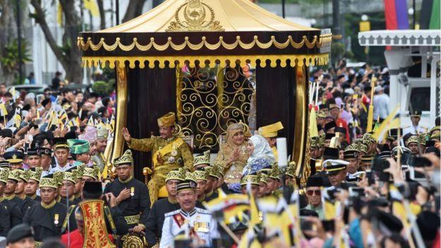 En 2017, al celebrar los 50 años de su ascenso al trono, el sultán fue trasladado en una carroza tirada por 50 cortesanos.