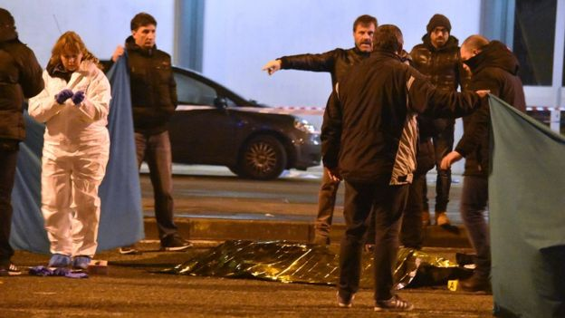 Polícia e corpo coberto na rua foto (AP Photo/Daniele Bennati)