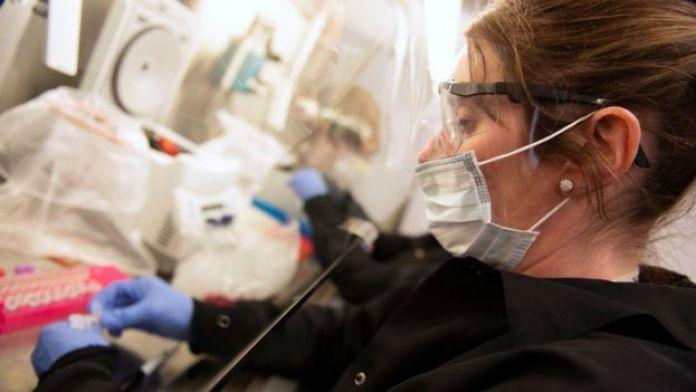 Une femme scientifique dans un laboratoire de test de coronavirus