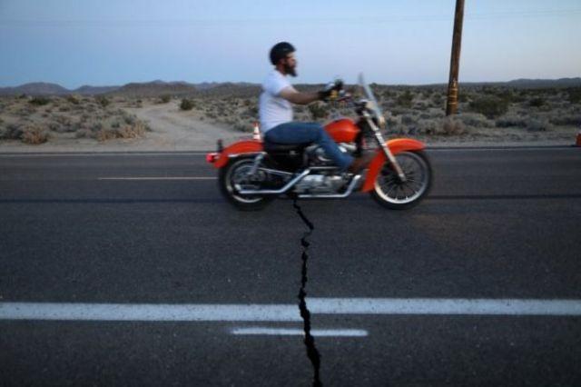 O terremoto rachou estradas no sul da Califórnia.