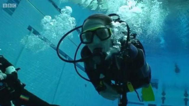 Stephen Storey haciendo submarinismo.